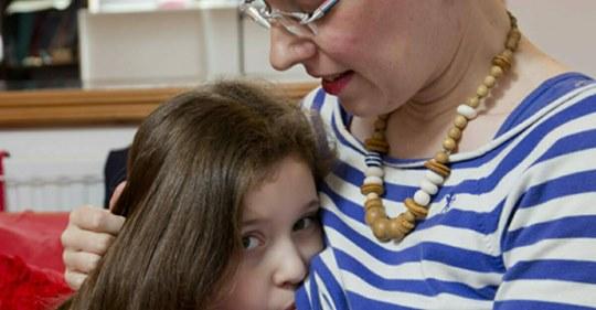 Mutter stillt ihre 6-jährige Tochter und hat nicht vor