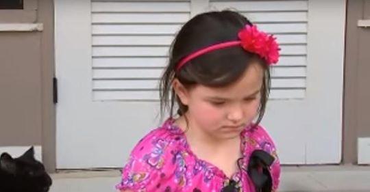 Ein junges Mädchen darf nicht mehr in den Kindergarten, weil sie mit einem Stock gespielt hat