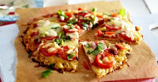 Blumenkohlpizza mit Tomate und Mozzarella