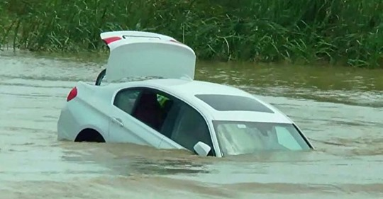 Verzogener Sohn schiebt neuen BMW in den Fluss, weil er einen Jaguar erwartet hat