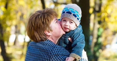 Kindern wird beigebracht, Küsse von ihren Großmüttern abzulehnen