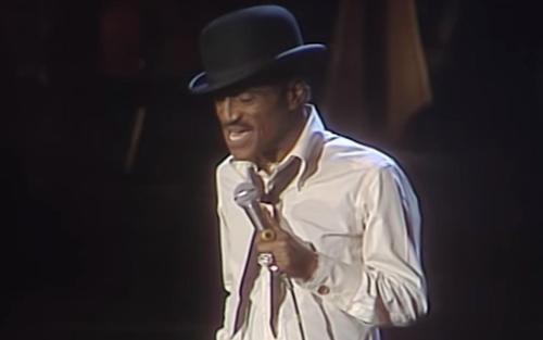 Ein Video von Sammy Davis Jr., der im Jahr 1985 'Mr. Bojangles' live in Deutschland spielt
