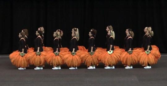 Tänzer werden zu menschlichen Kaleidoskopen für eine