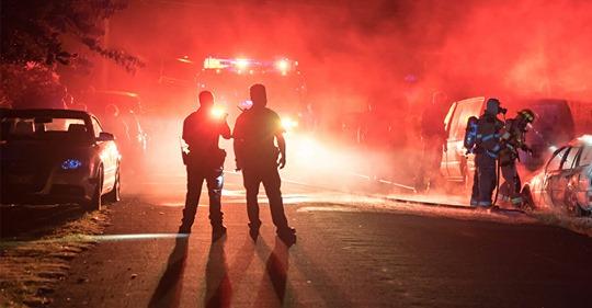 50 Männer stellen mit Feuer eine Falle für Polizei und Feuerwehr – greifen sie gewaltsam mit Steinen an