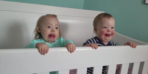 Zwei süße Kleinkinder mit Down-Syndrom wurden beste Freunde