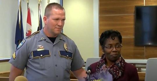 56-jährige Oma rettet Polizisten das Leben, indem sie einem Kriminellen auf den Rücken springt