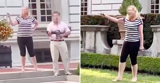 US Ehepaar steht mit Sturmgewehr und Pistole im Vorgarten und zielt auf Demonstranten