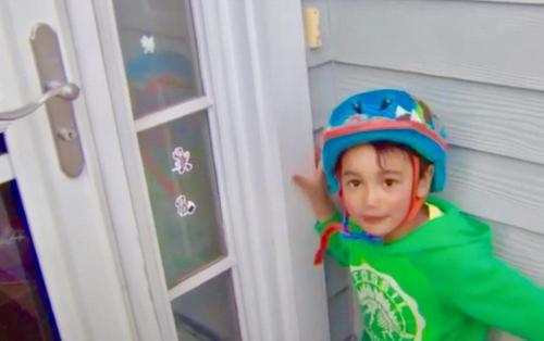 Ein 3 jähriger befreit eine ältere Nachbarin, die im Keller eingesperrt war