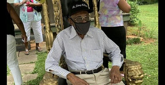 """""""Ach du meine Güte"""" – Mann freut sich an seinem 102. Geburtstag wie ein kleines Kind über Parade ihm zu Ehren"""