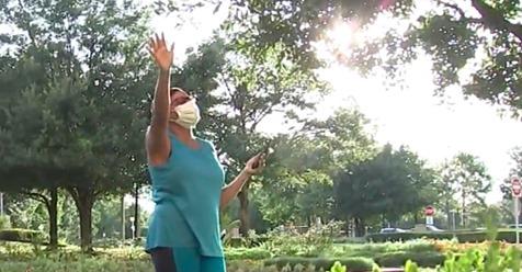 Hingebungsvolle Ehefrau steht jeden Abend vor Krankenhausfenster ihres Mannes, der gegen Covid 19 kämpft