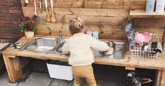 Kein Spielhaus, sondern eine Spielküche im Garten! Schauen Sie sich 8 wunderbare Gartenaktivitäten für Kinder an.