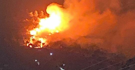 Feuer nahe Flüchtlingslager auf Insel Samos