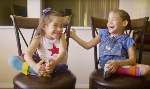 Siamesische Zwillingsschwestern werden mit zwei Jahren voneinander getrennt und feiern trotz allen Prognosen heute ihren sechsten Geburtstag