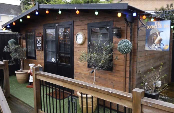 Eine Frau baut ihr eigenes Café im Garten, damit ihr Mann öfter zu Hause bleibt.