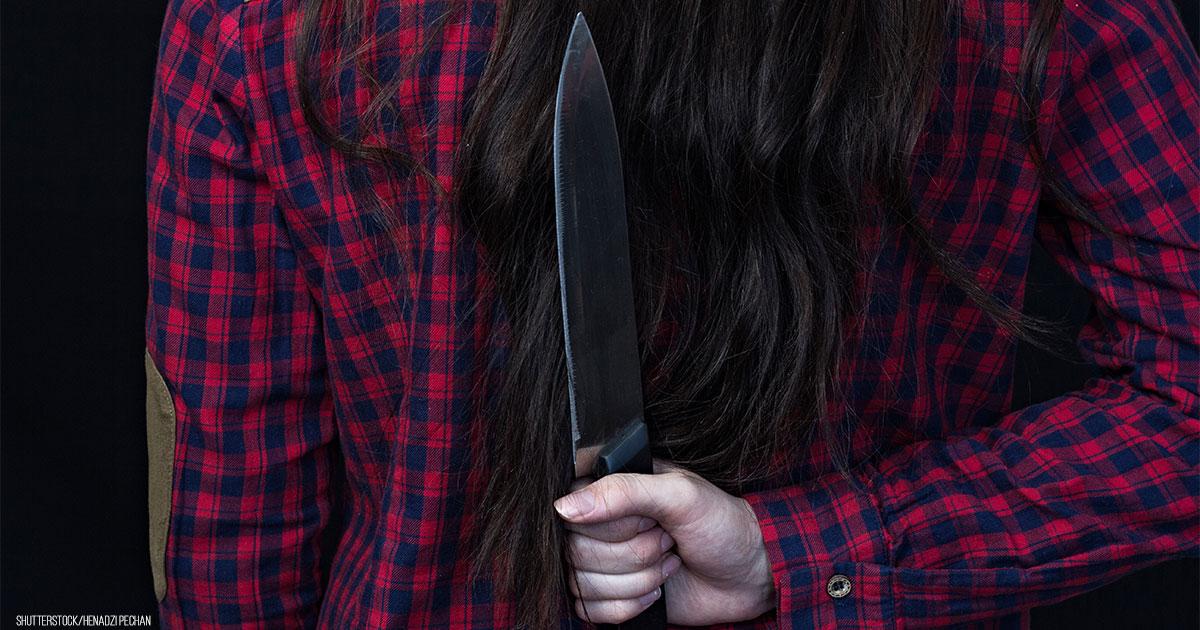 Junges Mädchen (14) sticht Mitschüler in Klassenraum Messer in Rücken