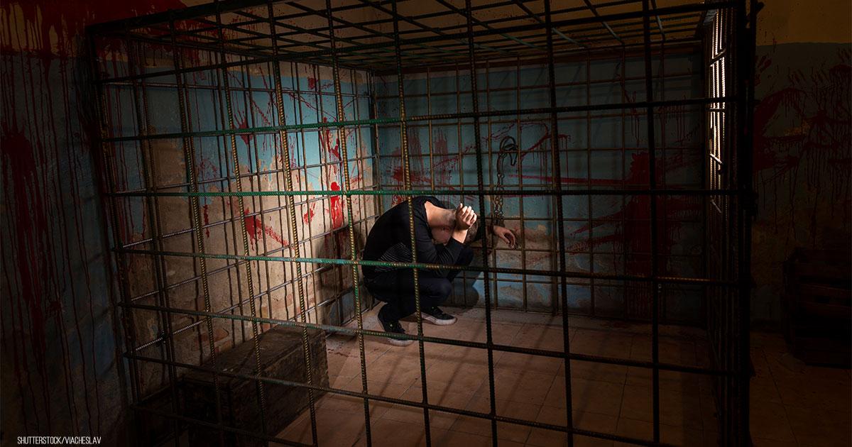 Mutter (70) hielt ihren Sohn 30 Jahre lang gefangen & isolierte ihn von der Außenwelt