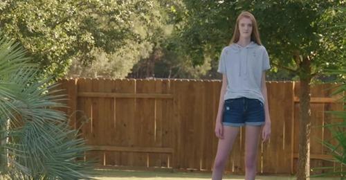 Teenager macht dramatische Wachstumsschübe mit und hat heute die längsten Beine der Welt