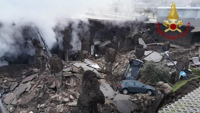 Corona Station evakuiert: Krankenhaus Parkplatz nach Explosion eingestürzt