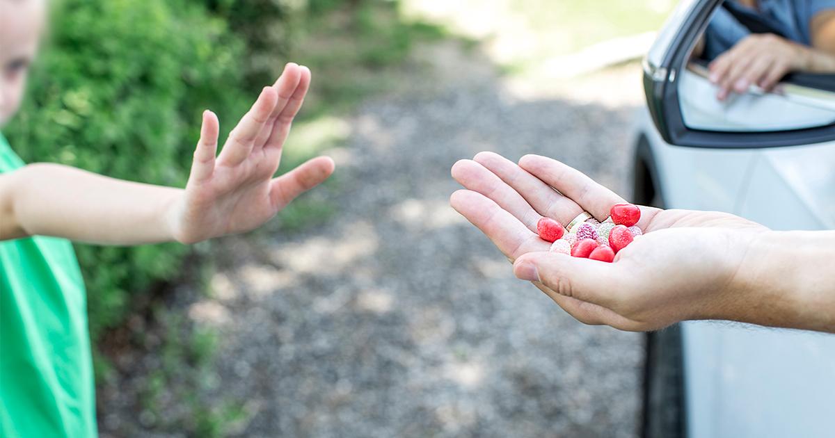 Sachsen-Anhalt: Unbekannter Mann verteilt rote Kugeln an Kinder – Mädchen (9) vergiftet und in Klinik