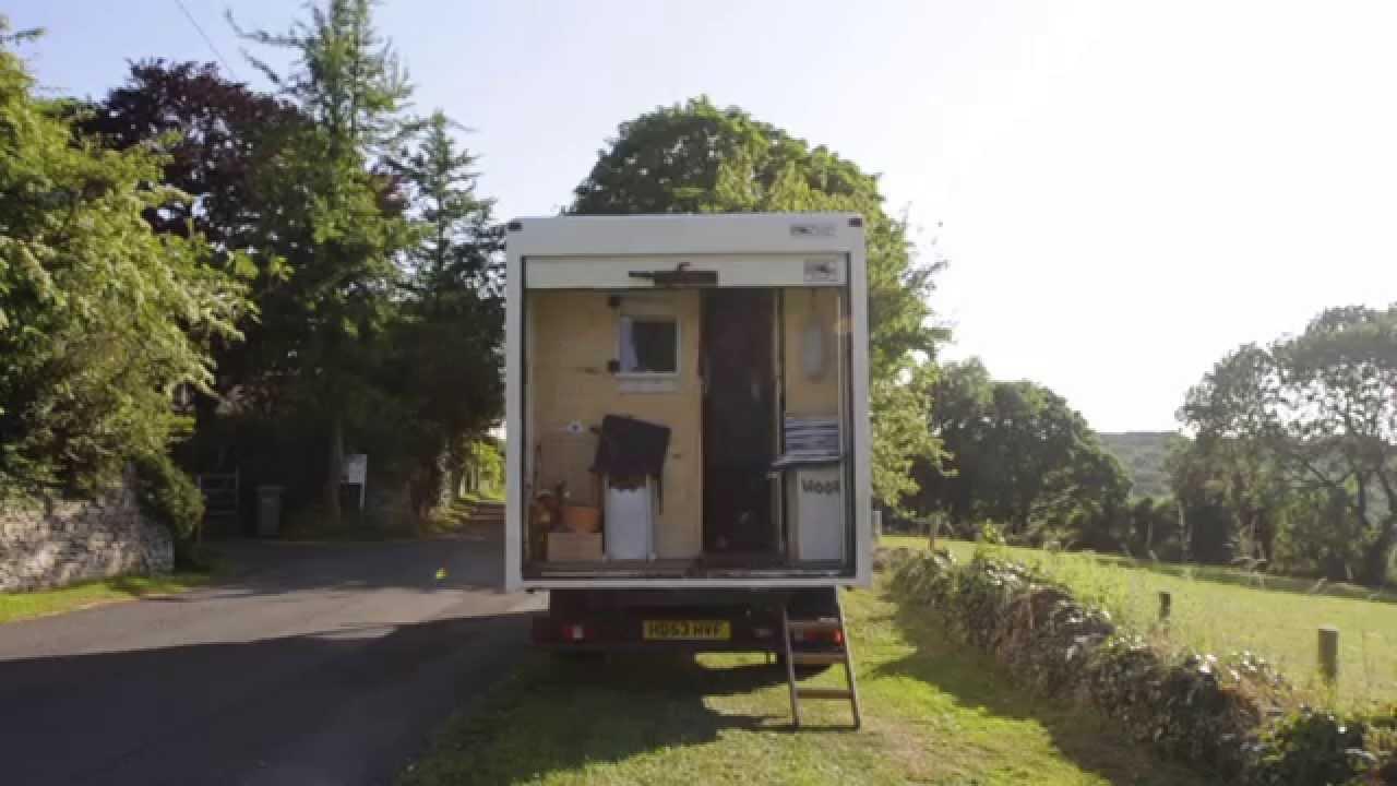 Dieses Paar lebt in einem alten Lieferwagen – den sie in eine unglaubliche Mini-Wohnung umfunktioniert haben