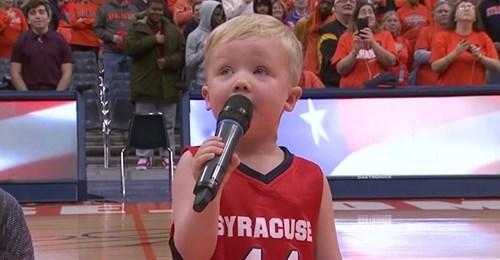 Ein 3-jähriger schnappt sich ein Mikrofon und entfesselt eine Version der Nationalhymne, die die Menge jubeln lässt