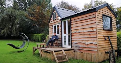 20 Jahre alter Mann baut winziges Traumhaus mit gebrauchten Materialien