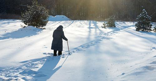 90 jährige Seniorin kämpft sich für Corona Impfung zehn Kilometer durch tiefen Schnee