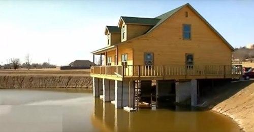 Dieser Mann baute sein Traumhaus über einem Teich, damit er von seinem Wohnzimmer aus fischen kann.
