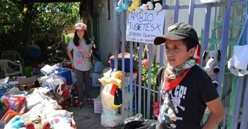 """Bruder und Schwester tauschen ihr Spielzeug gegen ein wenig Essen ein: """"Wir wollen unserer Mutter helfen"""""""