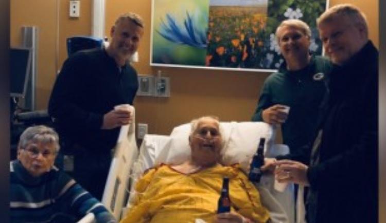 Er trinkt sein letztes Bier im Krankenhaus, bevor er stirbt: seine Familie erfüllt den letzten Wunsch seines Großvaters
