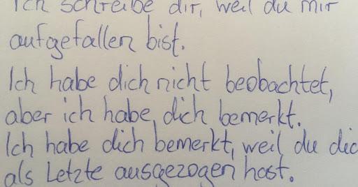 Mutter schreibt Brief an beschämtes Mädchen.