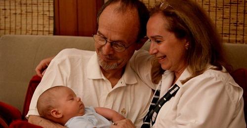 Großeltern lassen ihrer Enkelin ohne das Wissen ihrer Eltern Ohrlöcher stechen: Die verbieten ihnen, sie allein zu sehen