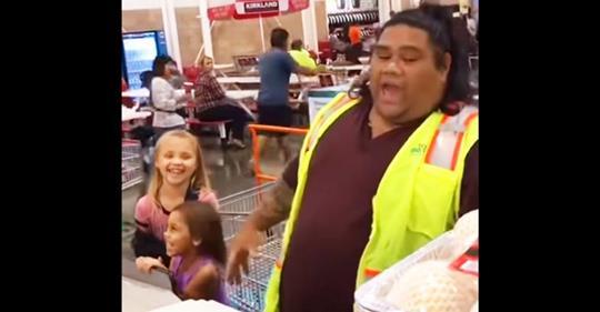 Zwei kleine Mädchen glauben, dass der Kassierer Maui aus