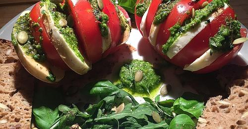 Tomaten-Mozzarella mit Pesto und Rucola
