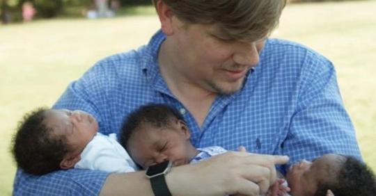 Ein weißes Paar bringt schwarze Drillinge nach Embryo Adoption zur Welt