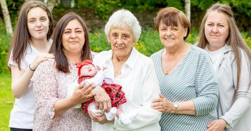 Diese Frau ist Mutter von acht Töchtern und Großmutter von 90 Enkelkindern: Ihre Familie besteht aus sechs lebenden Generationen