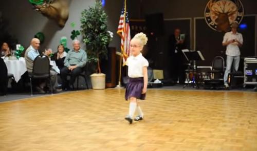 4-jährige irische Tänzerin springt auf die Tanzfläche und bringt die Menge mit traditionellen Bewegungen zum Tanzen
