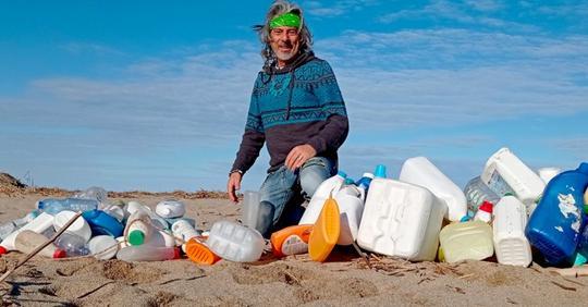 Er ging monatelang am Strand seiner Heimat entlang und sammelte allein über 425 kg Abfall auf