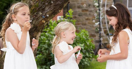 Mann lädt seine jüngste Tochter nicht zur Hochzeit ein, weil seine Verlobte sie nicht mag