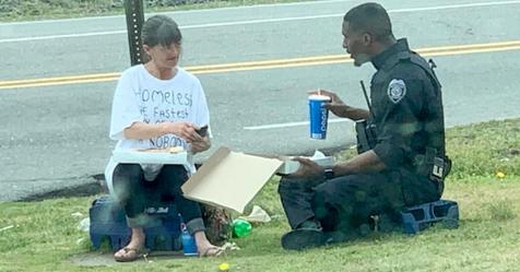 Polizist kauft Pizza und teilt sie mit einer obdachlosen Frau: Das Foto geht viral