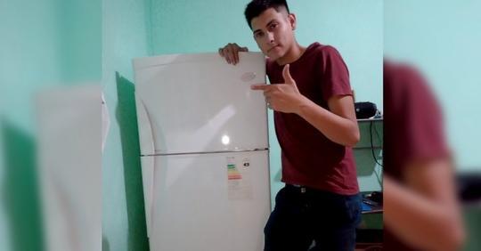 """Junger Mann lebt neuerdings allein und feiert auf Twitter den Kaufs seines neuen Kühlschranks: """"Für mich war das ein großes Ziel."""""""