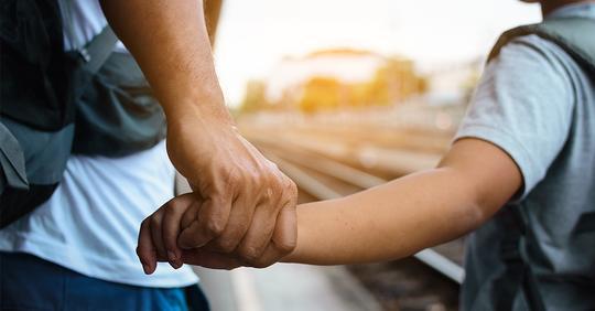 Vater (55) und Sohn (7) fahren im Zug nach Hamburg und kuscheln – Mitfahrerin ruft Polizei, Vater wird festgenommen