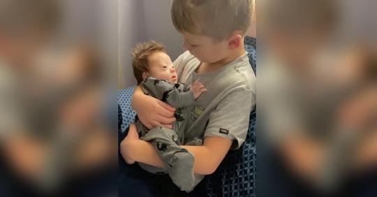 Rayce Powell singt für Baby-Bruder mit Down-Syndrom